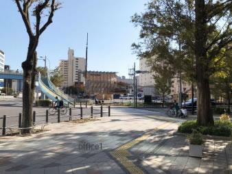 ④ 黎明橋公園交差点を右に曲がります。