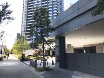 ⑤ 250mほど進んだ右側、真ん中のビルが当事務所のテナントビル「DEUX TOURS EAST TOWER」となります。